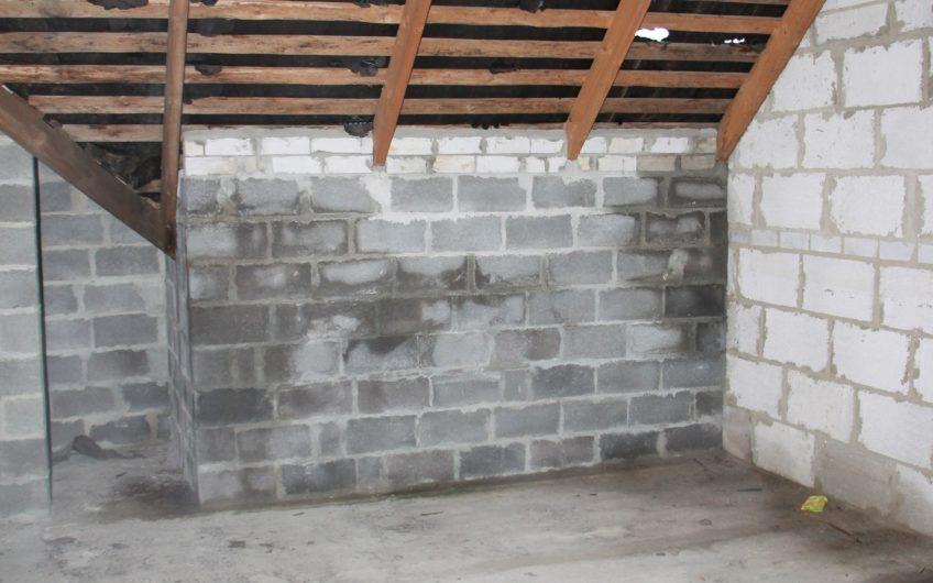 Недостроенный дом в микрорайоне Белые Столбы, д. Меткино